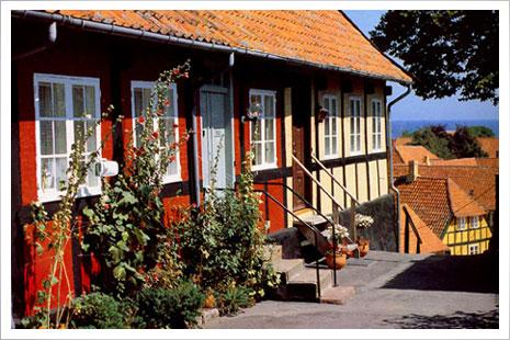 Ferie på Bornholm er afslapning i en verden, som du ikke troede fandtes mere -glæd dig til afslapning blandt klipper og stokroser