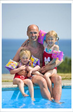 Far er en populær mand i poolen