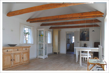 Stuen i Æblehuset har mange hyggelige detaljer.
