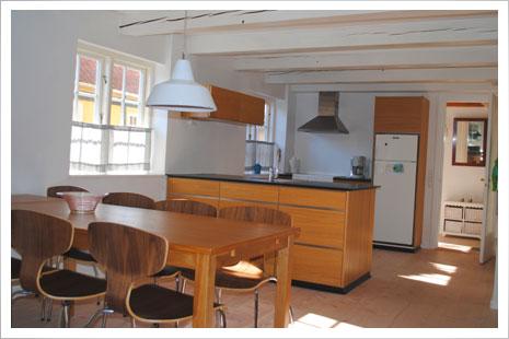 Spisestuen og køkkenet i Postgadehuset