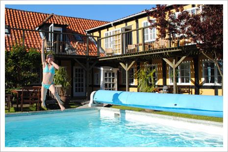 Postgade huset har adgang til swimmingpool. 15 meter fra huset. Glæd jer til vandlege.