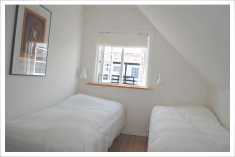 Møllehuset har to identiske soveværelser med hver to senge.
