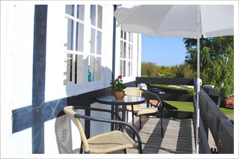 Lejlighed 4 er ende-lejligheden på altangangen. Nyd roen og ferien fra havemøblerne.