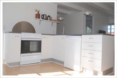 Køkkenet i lejlighed 2 på Møllegården er stort og et dejligt lysindfald.