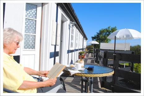 Hyg dig med en god bog på terrassen.