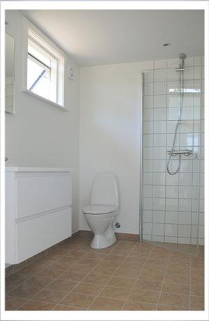 Badeværelset i Sandkaas Sommerhuse.