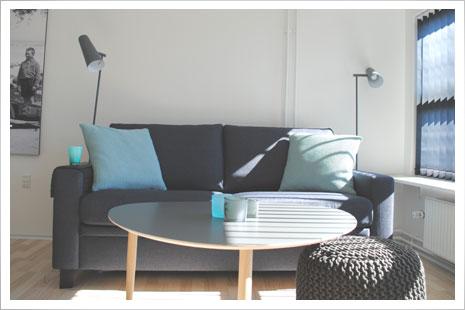 Det hyggelige sofaarrangement i Årsdale Søpark. Sofaen er en sovesofa i meget høj kvalitet med en fantastisk sidde- og liggekomfort.
