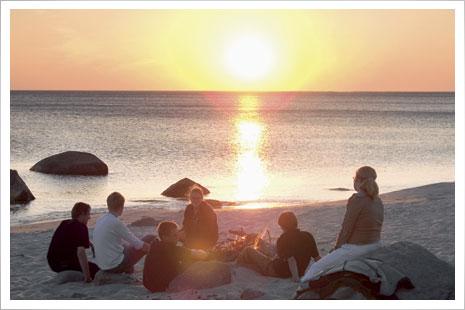 Solen går ned i havet ved Hasle