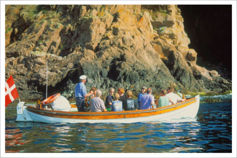 Bådfarten tager jer med på en spændende tur langs den flotte kyst.